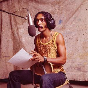 Musiikintekijä, elinkautisvanki Ike White levytysstudiossa. Kuva dokumenttielokuvasta The Changin' Times of Ike White.