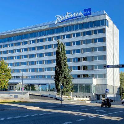 Remontoitu Radisson Blu -hotelli Oulun kauppatorin laidassa.