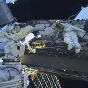 Astronautit kuvattuna aluksen ulkopuolella.