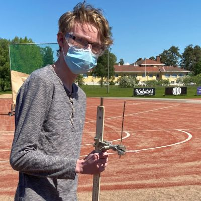 Rauman lyseon lukion opiskelija Alvar Joukamo elektromagneettisen kiihdyttimen laukaisutilaisuudessa.