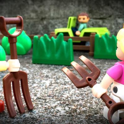 Leksaksgubbe i bil kör förbi leksaker med krattor