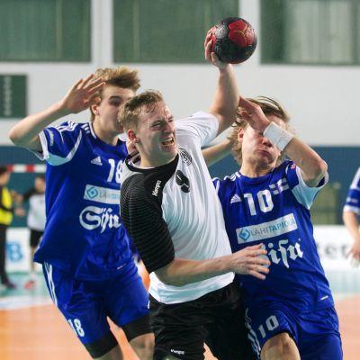 Ian Martin och Topias Laine i U18-EM-kvalmatch mot Tyskland, 2014.