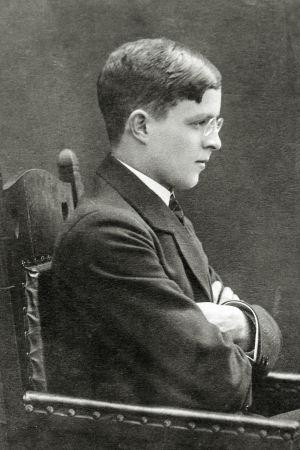 Carl-Rudolf Gardberg i profil sittandes med armarna i kors