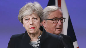 Theresa May och Jean-Claude Juncker i närbild.