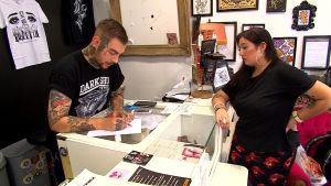 Tatueringsartisten Godwell och kunden Sarah Tourneur talar om Sarahs nästa tatuering.