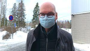 Läkare som står utomhus med munskydd.
