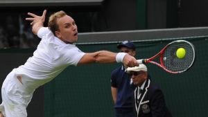 Tennisspelaren Steve Darcis spelar tennis.