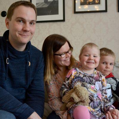 Antti ja Elisa Reponen sekä heidän tyttärensä Elsi ja poika Arttu.