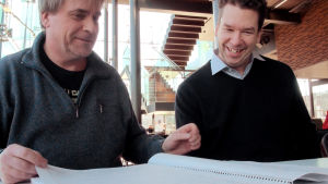 John Storgårds och Sebastian Fagerholm tittar i ett partitur.