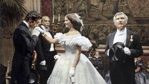 Juhlaväkeä elokuvassa Tiikerikissa (1963).