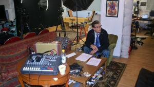 André Wickström förbereder sig för inspelning av programmet Detta om detta.
