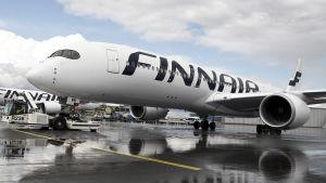 Finnair-flygplan på flygplats.