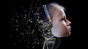 Käsitelty kuva, jossa tyttö korvillaan metalliset, kuulokkeen tapainen härpäke, jonka jälkeen kaikki muuttuu siruiksi.
