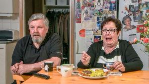 Jorma ja Soile katsovat televisiota keittiössä.