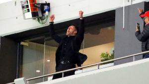 En avstängd Diego Simeone firar Atleticos segermål på läktaren.