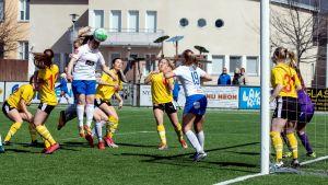 Sandra Wikman sätter huvudet på bollen framför målet.