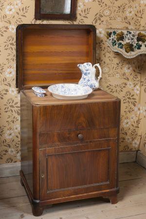 Bild på en brun komut (tvättskåp).