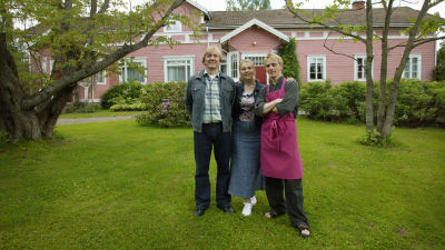 Hämäläiset, Arto (Aimo Räsänen), Irmeli (Kirsti Väänänen) ja Iiro (Reino Nordin) kotitalonsa edessä sarjassa Tie Eedeniin.