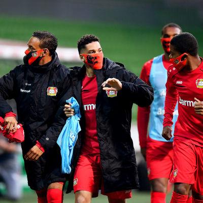 Bayer Leverkusens spelare bör ansiktsskydd efter segern över Werder Bremen.