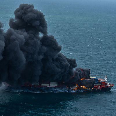 Brinnande kemikaliefartyg utanför Sri Lanka