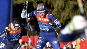 Anne Kyllönen skidar uppför en backe.