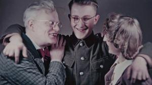 Tavallisten ihmisten kaitafilmit kertovat arjesta sodanaikaisessa Saksassa.