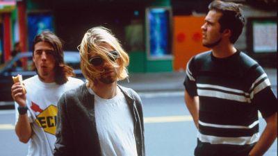 Dave Grohl, Kurt Cobain och Krist Novoselic på gata 1993.
