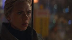 Scarlett Johanssons Svarta änka ser bister ut.