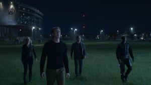 Fyra superhjältar tittar upp mt stjärnhimlen.