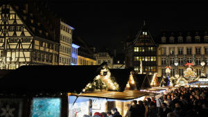Strasbourgin joulumarkkinakojuja iltavalaistuksessa.