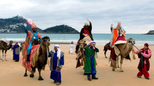 Itämaan tietäjät kameleineen ovat saapuneet loppiaisena mereltä Conchan rannalle San Sebastianissa, Espanjassa