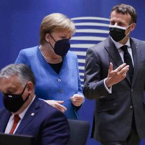 Tysklands förbundskansler Angela Merkel diskuterar med Frankrikes president Emmanuel Macron vid toppmötet i Bryssel i maj, I förgrunden ser man Ungerns omstridda premiärminister Viktor Orban.