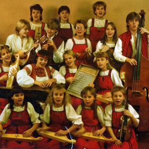 Alkuperäinen Värttinä yhtye kansallispuvuissaan 1980-luvulla.