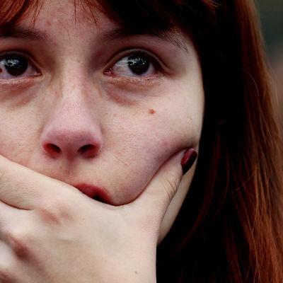 Colombiansk kvinna tårögd efter att ha hört resultatet från folkomröstningen om fredsavtalet.