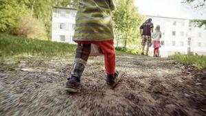 Luca-Emil Mykkänen kävelee pihalla.