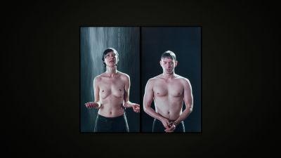 Kvinna och man med naken överkropp ser ut som de duschar.