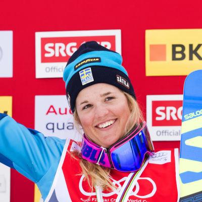 Anna Holmlund på prispallen i mars 2016.