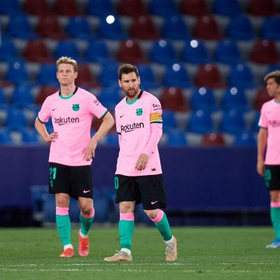 Frenkie de Jong ja Lionel Messi pettyneinä.