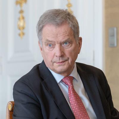 Man i mörk kostym och med gråaktigt hår. President Niinistö i Presidentens slott den 20 mars 2020.