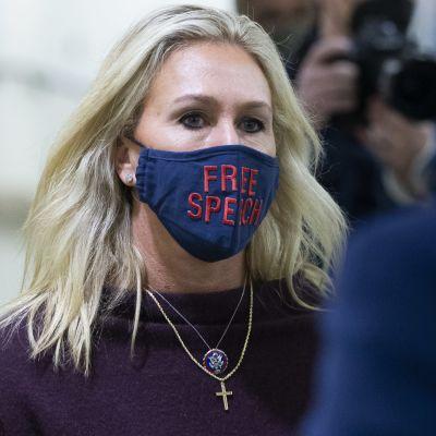 """Den omstridda republikanen Marjorie Taylor Greene brukar bära munskydd med budskap på i representanthuset. Så också på torsdagen då det stod """"Free Speech"""", det vill säga """"yttrandefrihet"""" på hennes munskydd."""