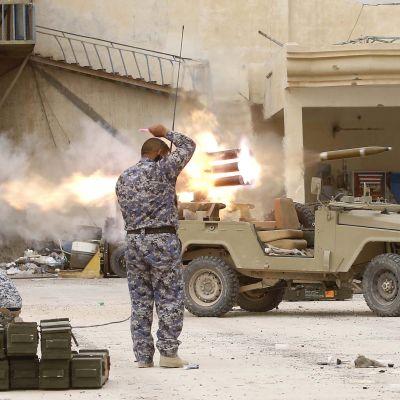Jihadisterna lyckades inta en del av anläggningen i april. På bilden ser man irakiska regeringsstyrkor utanför raffinaderiet den 16 april.