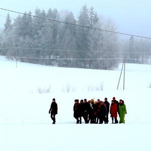 Parvi kävelee päähenkilön perässä talvimaisemassa