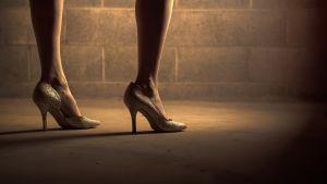 korkokengät naisen jaloissa