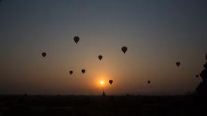 varmluftsballonger i motljus