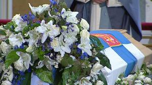 Kukkia arkun päällä valtioneuvos Harri Holkerin siunaustilaisuudessa 2011