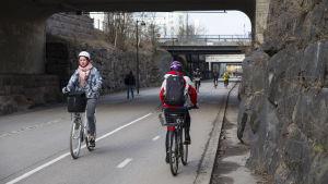 Pyöräilijöitä Helsingin kevyenliikenteenväylä Baanalla.