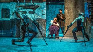 Ryhmäteatterin näytelmästä kuva, jossa kuvan taka-alalla Santtu Karvonen ja Aarni Kivinen, edessä Laura