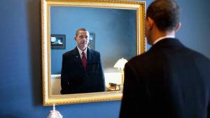 Obaman Amerikka / America in the Obama Years. Kuvassa peilin edessä Barack Obama valmistautuu vannomaan presidentin valan tammikuussa 2009.