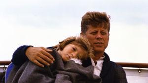 Caroline Kennedy ja John F. Kennedy veneilemässä Hyannis Portissa