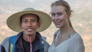 Turistande kvinna fotas med lokal burmes.